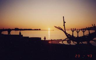 白夜に沈む太陽